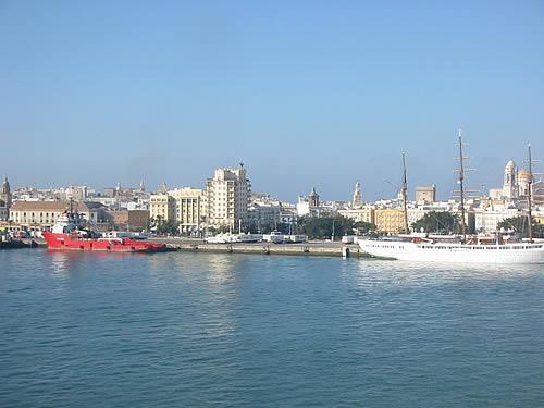 Blick auf Cádiz in Spanien vom Wasser aus