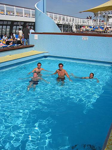 Wir schwimmen im Pool