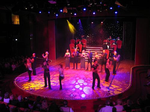 Das 27-köpfige Show-Ensemble gibt sein Bestes