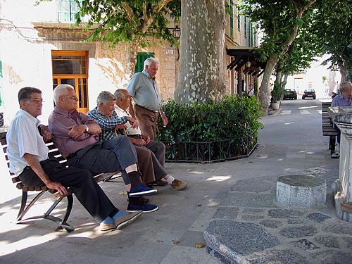 Spanische Rentner genießen den Nachmittag