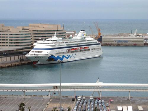 Als erstes geht's zum Hafen wo heute die AIDAcara anlegt