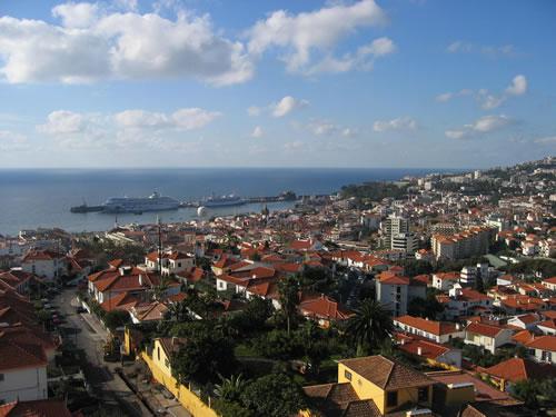 Blick über Funchal auf den Hafen