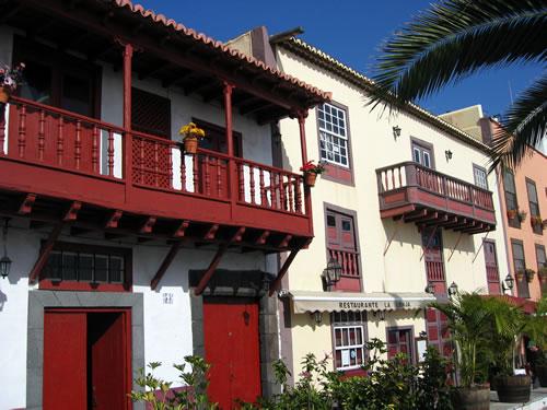 Typische Häuser in Santa Cruz de La Palma mit ihren Balkonen