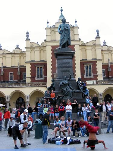 Die Jugend trifft sich am Adam Mickiewicz Denkmal
