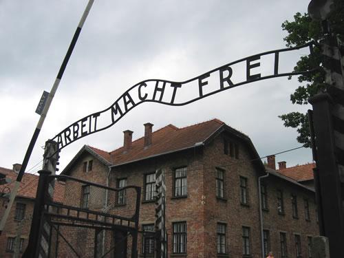 Das Eingangsportal zum Konzentrationslager Auschwitz I.