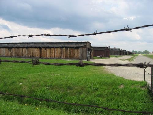 Blick durch den Stacheldrahtzaun des Konzentrationslagers Auschwitz II