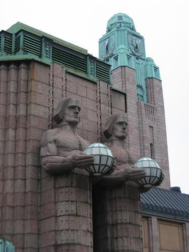 Statuen empfangen den Besucher am Hauptbahnhof  von Helsinki