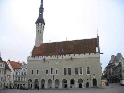 ... mit dem Rathaus aus dem Jahre 1404