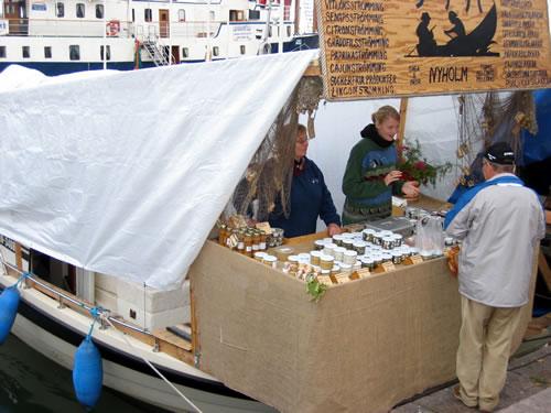 Auf dem Mark werden die Waren direkt aus den Fischerbooten verkauft