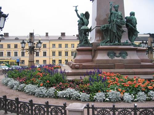 ... mit dem Denkmal von Zar Alexander II.