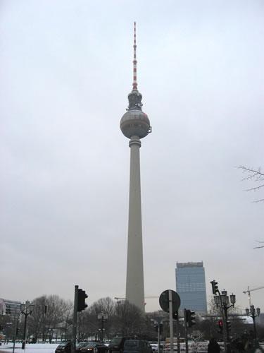 Um Punkt 11 Uhr stehe ich vor dem Fernsehturm am Alexanderplatz