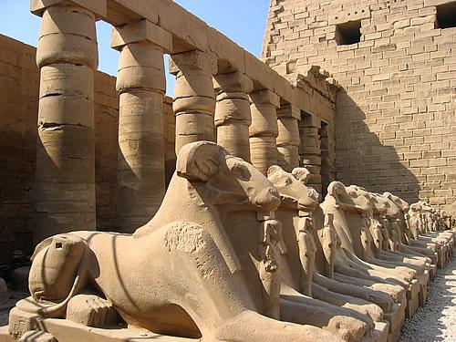 Die ersten Bauten von Karnak stammen aus der 12. Dynastie (ca. 2000 v. Chr.)