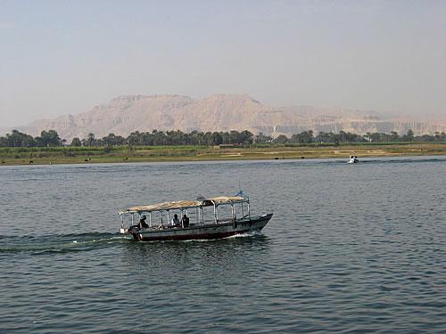 Ein Boot bringt uns über den Nil