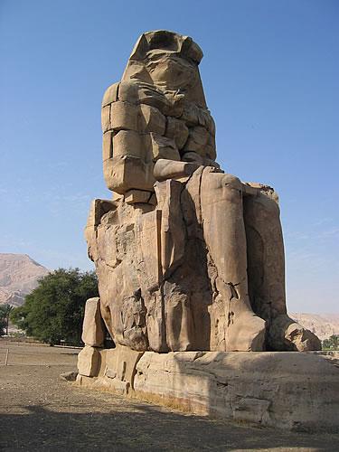 Die Memnon-Kolosse sind zwei 18 m hohe Statuen von Pharao Amenophis III.