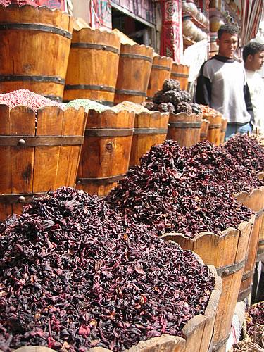 Roter Tee vor einem Gewürzladen in Hurghada-Downtown