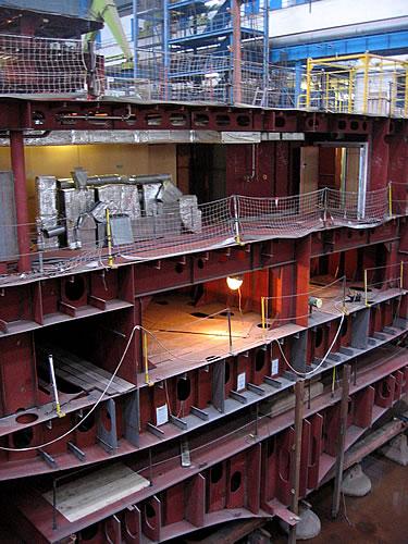In den Werfthallen wird an zahlreichen Blöcken gearbeitet