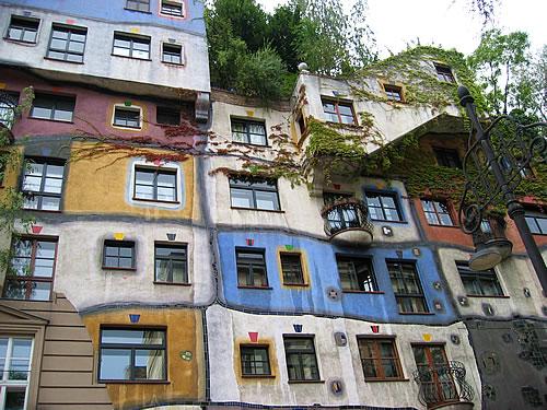 Fassade des von Friedensreich Hundertwasser gebauten Wohnhauses
