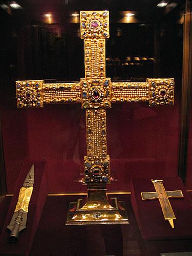 Das Reichskreuz, links darunter die Heilige Lanze, der begehrteste Einzelgegenstand des Mittelalters