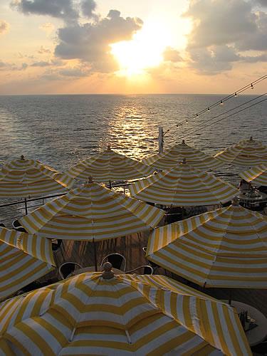 Sonnenuntergang achtern (hinten auf dem Schiff)