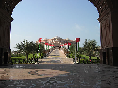 Einfahrt des Emirates Palace Hotels in Abu Dhabi