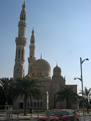 Die bekannteste Moschee der Stadt ist die Jumeirah Moschee