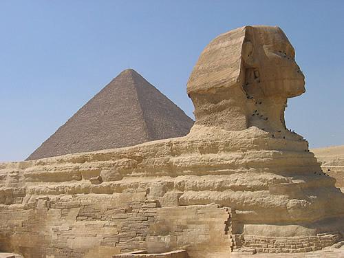 Der Sphinx, im Hintergrund die Cheops-Pyramide