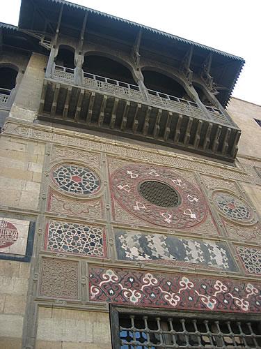 Orientalisch verzierrtes Gebäude im islamischen Viertel von Kairo