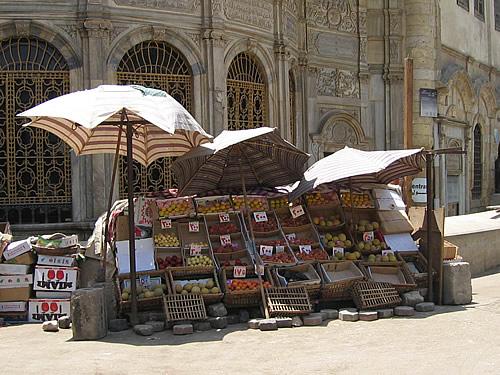 Obststand auf einem Souk im islamischen Viertel von Kairo