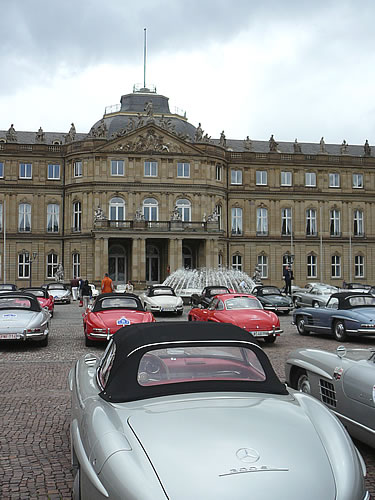 Ein Mercedes-Benz vor dem Suttgarter Schloss