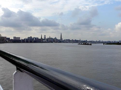 Blick von der easyCruiseTwo aus auf Antwerpen
