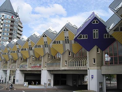 Die Kubushäuser wurden in Form von auf der Spitze stehenden Würfeln erbaut