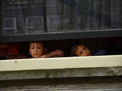 Zwei Jungs blicken aus einem Fenster des Anne-Frank-Hauses - dies blieb Anne damals verwehrt