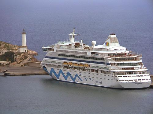Die AIDAaura im Hafen von Ibiza