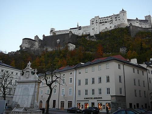 Die Festung Hohensalzburg thront auf einem Berg über der Stadt