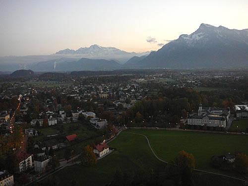 Bis auf die Alpen kann ich schauen, die sich am Horizont auftürmen