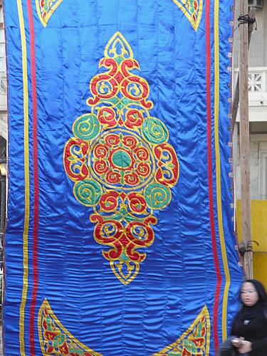 Islamische Ornamente schmücken ein Festzelt