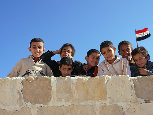 Jungs einer ägyptischen Schulklasse im Fort Kait Bey