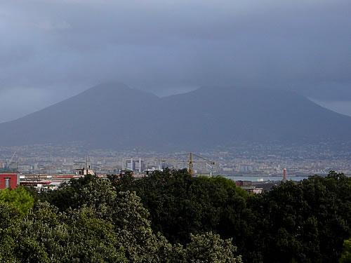 Über der Stadt thront der Vesuv