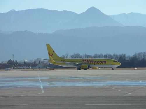 Boeing 737 der TUIfly auf den Flughafen von Klagenfurt