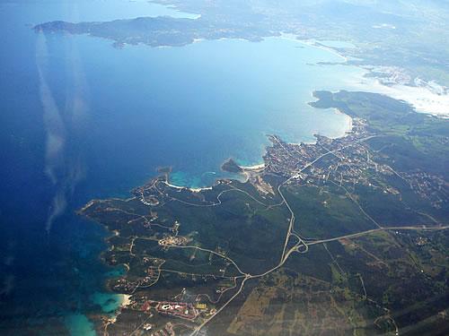 Die Costa Smeralda bei Olbia aus dem Flugzeug gesehen