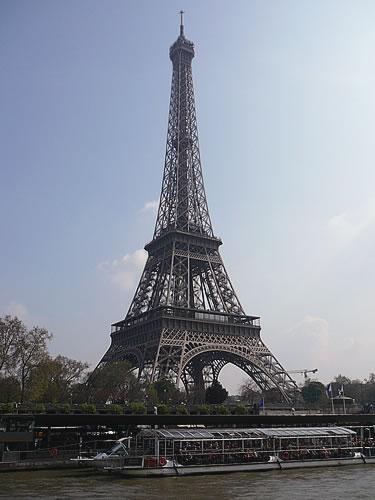 Der Eiffelturm von der Seine aus gesehen