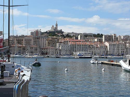 """Blick über den Hafen von Marseille zur Kirche """"Notre Dame de la Garde"""""""