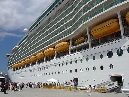 Die Navigator of the Seas im Hafen von Marseille