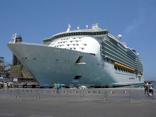 Die Navigator of the Seas im Hafen von Palermo