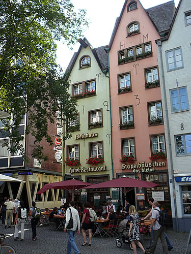 In der Altstadt am Rheinufer liegt Kneipe an Kneipe