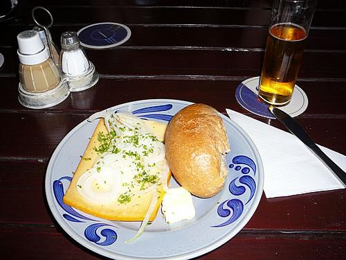 Rheinische Spezialitäten: ein Kölsch und ein  halver Hahn (Roggenbrötchen mit Käse)