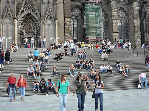 Beliebter Treffpunkt: die Treppe vor dem Kölner Dom