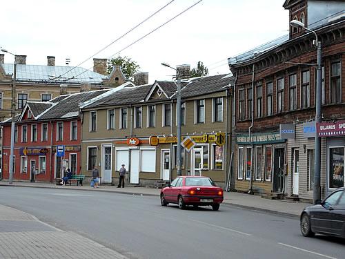 Holzhäuser in einem Außenbezirk Rigas