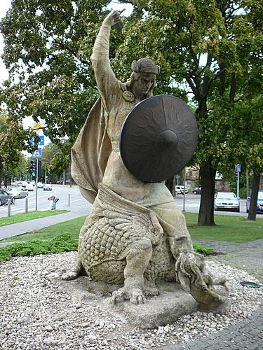 Statue am Bahnhof von Majori