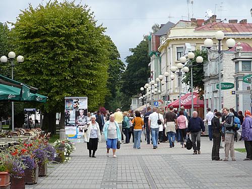 Ostsee-Urlauber auf der Flaniermeile von Jūrmala, Lettland